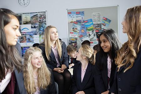 在课堂上学习思想的女学生图片