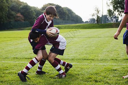少年橄榄球队练习防守图片