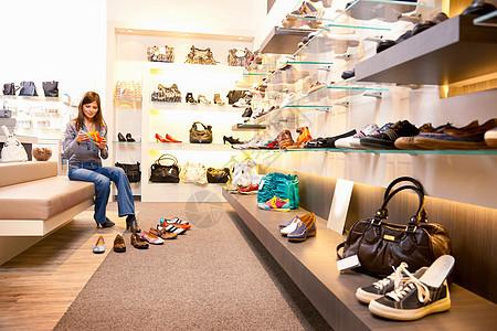 女孩选鞋图片