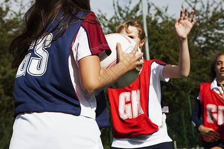 青少年女学生篮球防守图片