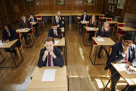 一群参加考试的青少年学生图片