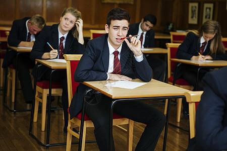 青少年考试图片