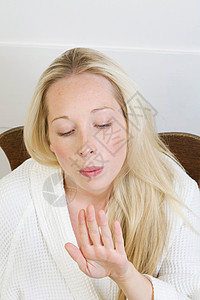 女人吹干指甲油图片