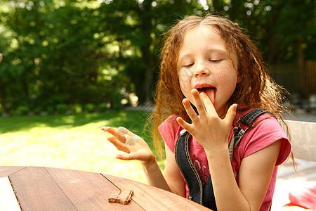 女孩吃巧克力图片