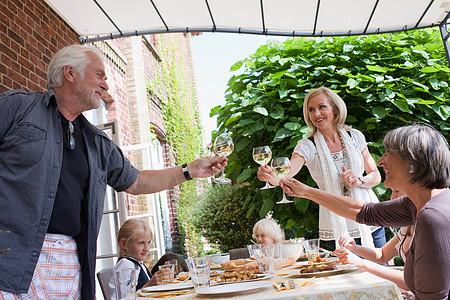 家庭聚会干杯图片