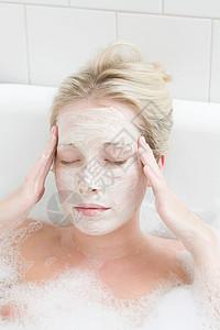 泡泡浴敷面膜的女人图片