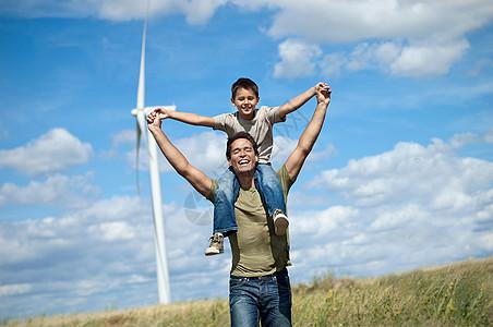 风力发电机下的父子图片