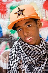 黑人少年靠在涂鸦墙上图片