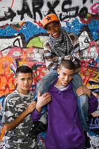 青少年站在涂鸦墙前图片