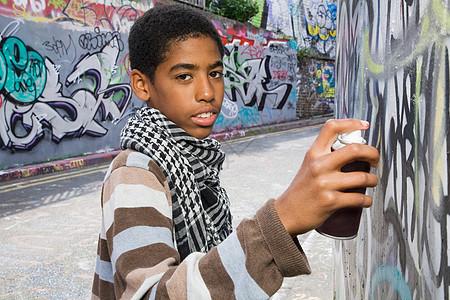 在墙上涂鸦的黑人少年图片