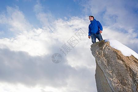 站在冰雪覆盖的山峰上的人图片