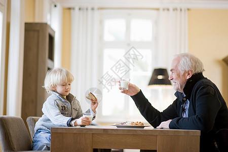 祖孙俩吃饭图片