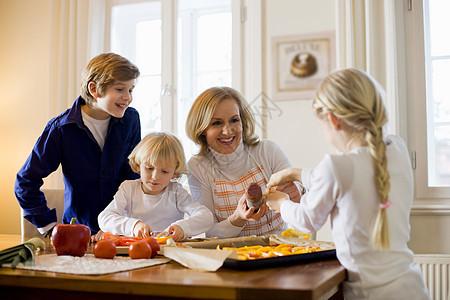 母亲和孩子一起做饭图片