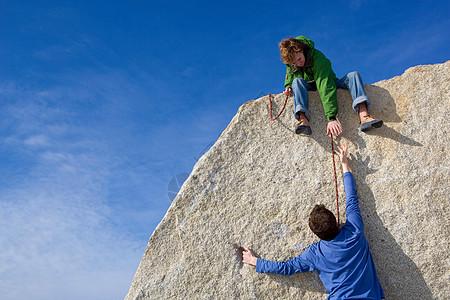 攀岩者帮助同伴图片