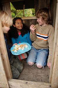 孩子们在树屋野餐图片