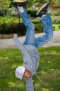 在公园里跳街舞的黑人少年图片