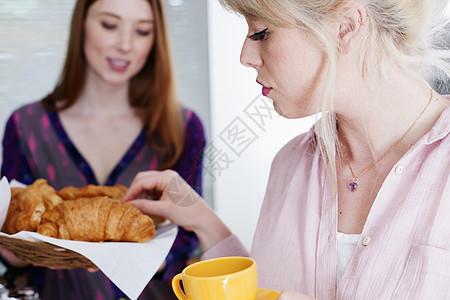 女孩吃早餐图片