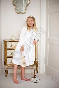 女孩在走廊笑图片