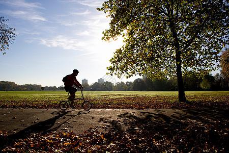 骑自行车穿越伦敦图片