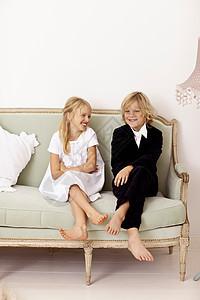 姐妹坐在沙发上图片