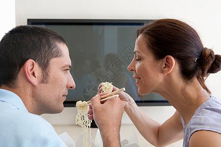 夫妻吃中国外卖图片