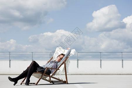 坐在躺椅上放松的女人图片