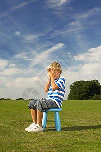 坐在凳子上的男孩图片