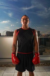 站在城市屋顶上的拳击手图片