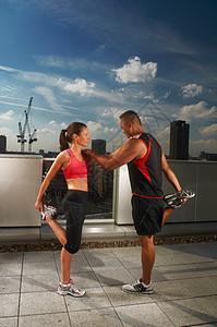 运动员一起在屋顶上运动图片