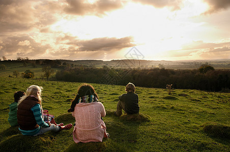 孩子们在山上看日落图片
