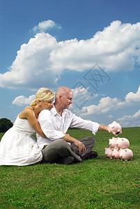 夫妻在田野里相互依偎图片