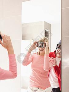 镜中的男女倒影图片