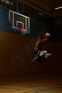 篮球运动员在篮筐处跳图片