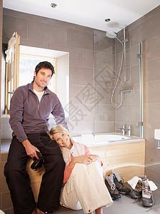 浴室里的女人和男人图片