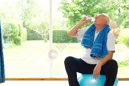 老年人在运动时喝水图片