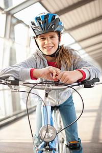 在城市隧道骑自行车上的女孩图片