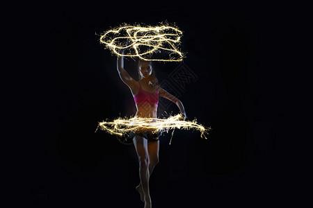 与火花共舞的女舞者图片