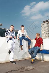 坐在屋顶上的男人们图片