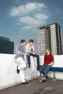坐在屋顶上的男人图片