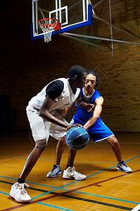 两个年轻人打篮球图片