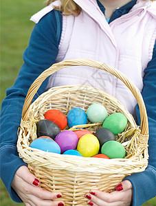 带着一篮复活节彩蛋的女孩图片
