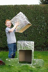 男孩建造纸板宇宙飞船图片