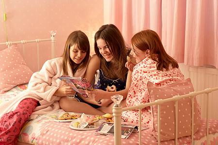 读杂志的少女图片