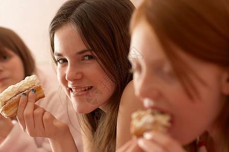 少女吃奶油蛋糕图片