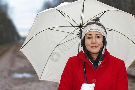 公园里穿红夹克带伞的女孩图片
