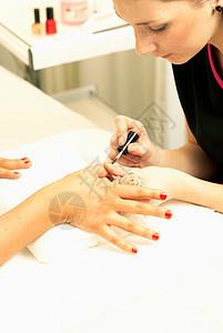 美容师画指甲图片