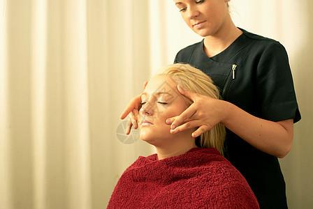 美容师面部按摩图片