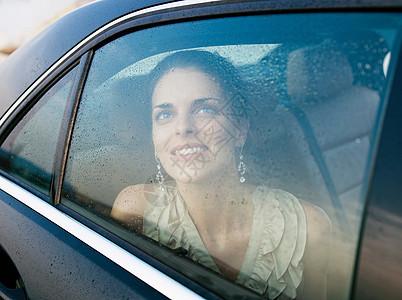 微笑的女人看向窗外图片