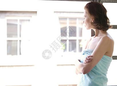 站在窗外的女人图片