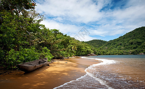 马达加斯加岛保护区海滩上的一艘木制独木舟图片